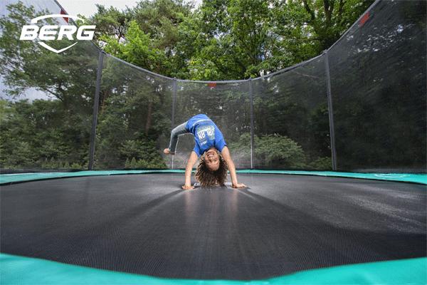 ילד קופץ על טרמפולינה עם רשת ביטחון