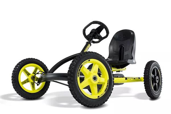 מכונית פדלים עם גלגלים צהובים ושחורים