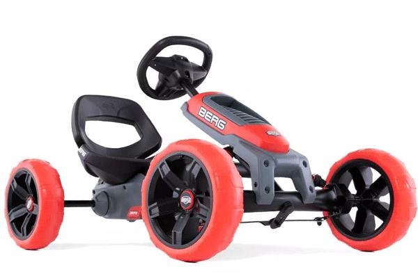 מכונית פדלים עם גוף שחור וגלגלים אדומים