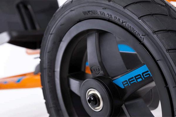 גלגל שחור על מכונית פדלים