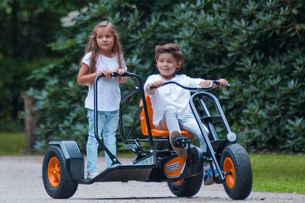 שני ילדים על תלת אופן זוגי דגם ברג צ'ופר