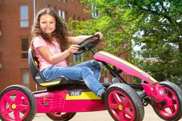 ילדה רוכבת על מכונית פדלים מדגם ברג ראלי פרל