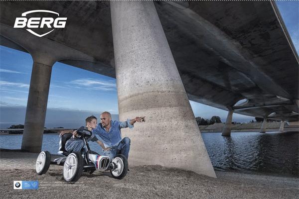 אב ובן מתחת לגשר עם מכונית פדלים ב מ וו