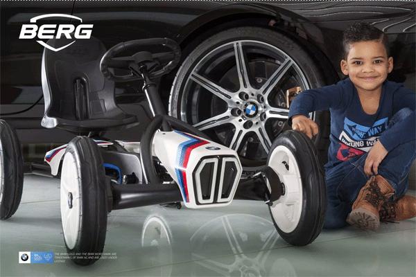 ילד משחק עם מכונית פדלים ב מ וו סטריט רייסר