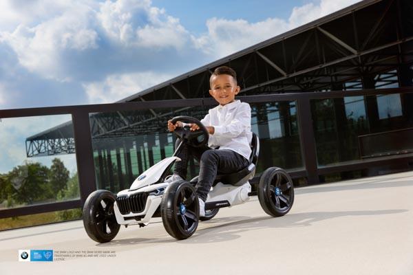 ילד רוכב על מכונית פדלים ב מ וו