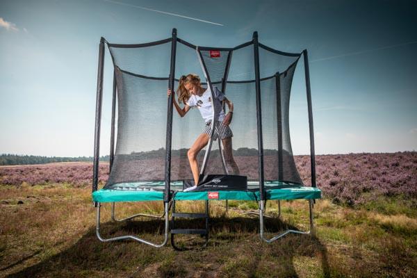 ילדה יוצאת מטרמפולינה עם רשת וסולם